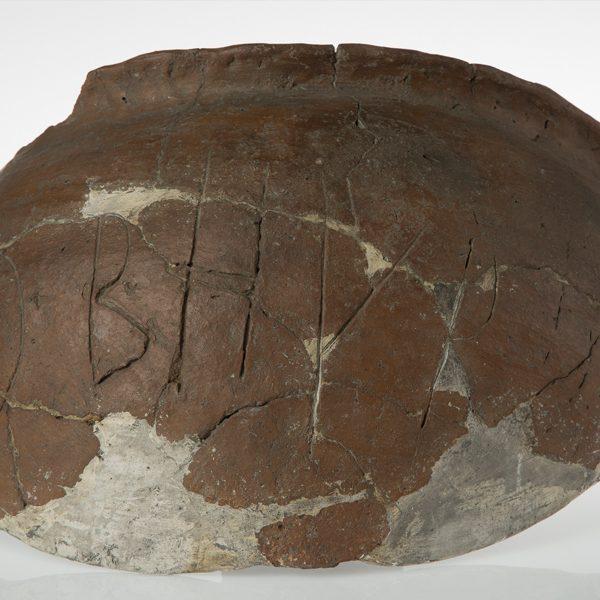 Fragment odkrytego naczynia z pismem runicznym [Zbiory Działu Archeologii Muzeum Górnośląskiego, nr inw. B.591/3844:58, fot. Tomasz Szemalikowski]