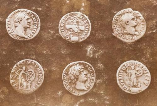 Fotografia kilku z monet, jakie odkryto na polu Anny Lazar [Zbiory prywatne: rodzina Woehl, Niemcy]