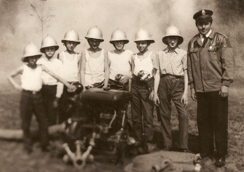 Młodzieżowa drużyna pożarnicza (1971 r.) [Archiwum OSP, kronika]