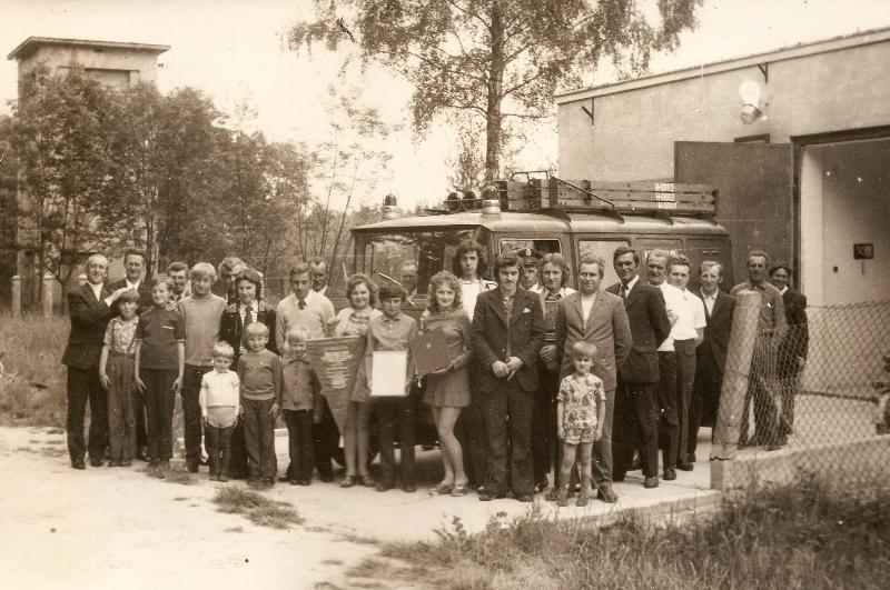 Pamiątkowe zdjęcie z okazji otwarcia nowo wybudowanego budynku remizy [Archiwum OSP, kronika]