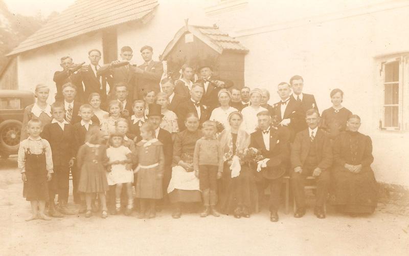Heinrich Joseph i Gertrud Pietruschka na zdjęciu z gośćmi weselnymi. [Zbiory prywatne: rodzina Józef, Zielina]
