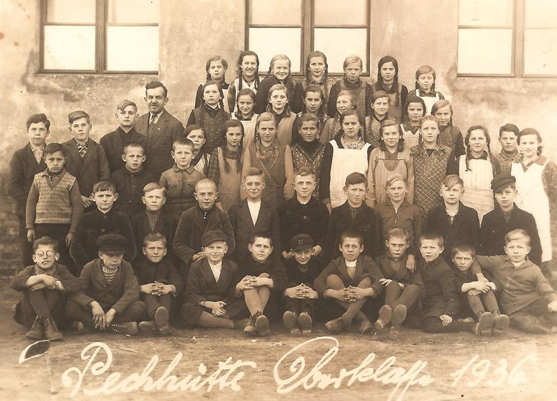 Uczniowie najstarszych klas z kierownikiem szkoły, Georgiem Schönem [Zbiory prywatne: rodzina Kusiek, Smolarnia]