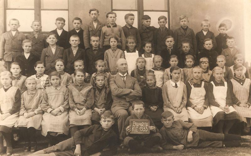 Uczniowie klasy I z nauczycielem Franzem Schernerem, 1933 [Zbiory prywatne: rodzina Józef, Zielina]]r. []