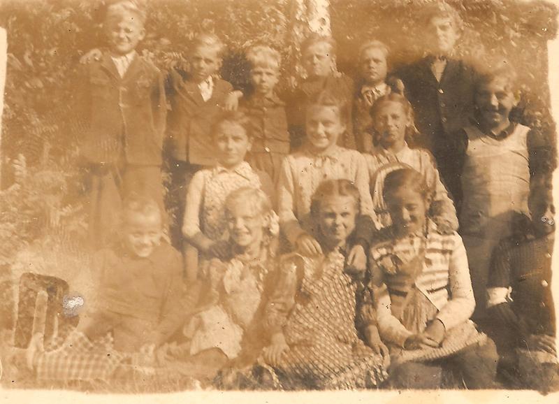 Uczniowie smolarskiej szkoły (lata 50.) [Zbiory prywatne: rodzina Lindner, Smolarnia]