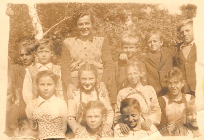 Uczniowie jednej z klas z nauczycielką Zofią Pitrą (lata 50.) [Zbiory prywatne: rodzina Lindner, Smolarnia]