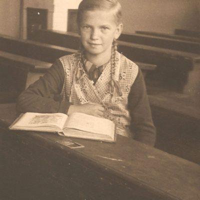 Hildegard Szyma (1925-2005) w ławie szkolnej [Zbiory prywatne: rodzina Kusiek, Smolarnia]