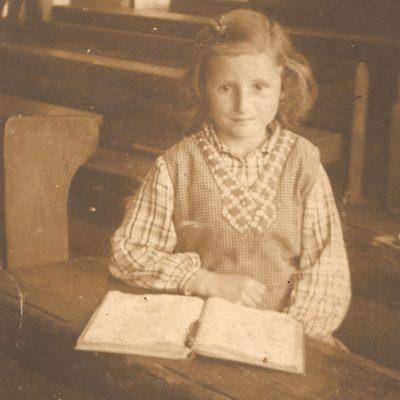 Maria Okon (1929-2010) w ławie szkolnej [Zbiory prywatne autora strony]