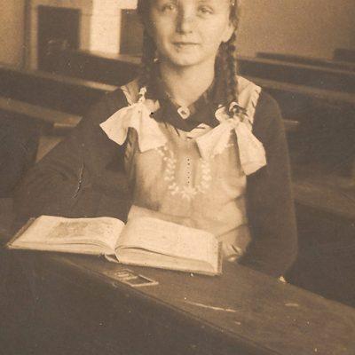 Rosa Janocha (1926-1996) w ławie szkolnej [Zbiory prywatne: rodzina Józef, Dziedzice]