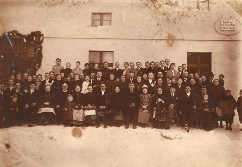 Goście weselni przed szynkiem (luty 1929 r.) [Zbiory prywatne: rodzina Apostel, Smolarnia]