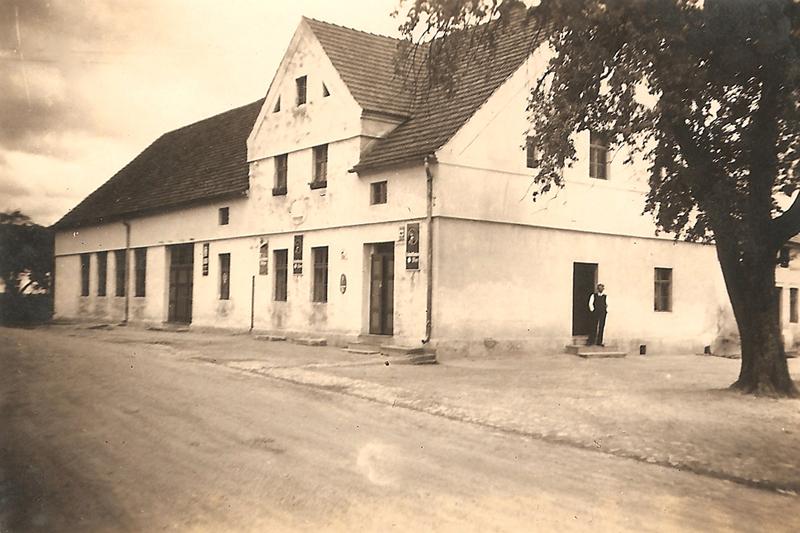 Budynek szynku po rozbudowie (lata 30. XX w.) [Zbiory prywatne: rodzina Kusiek, Smolarnia]