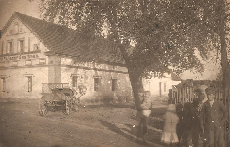 Fotografia przedstawiająca dawny budynek szynku (lata 20. XX w.) [Zbiory prywatne: rodzina Kusiek, Smolarnia]