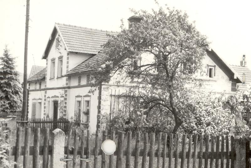 Budynek dawnego zakładu na fotografii z 1992 r. [Archiwum WUOZ w Opolu, fot. Maria Bitka]
