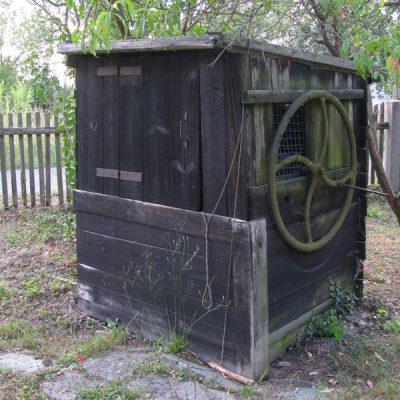 Drewniana obudowa studni w Serwitucie