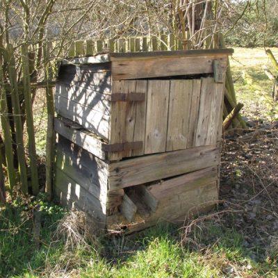 Drewniana obudowa studni w Smolarni