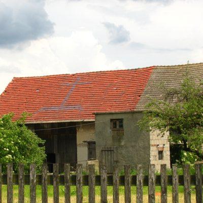 Dach z symbolem krzyża w Racławiczkach na ul. Leśnej