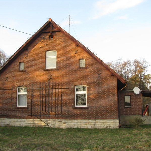 Leśniczówka w Serwitucie, jako jeden z nielicznych przykładów dawnej architektury ceglanej (kwiecień 2013 r.)