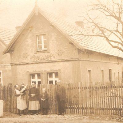Przykład typowego wiejskiego domu z lat 30. XX w. [Zbiory prywatne: rodzina Wieśniak, Strzeleczki]
