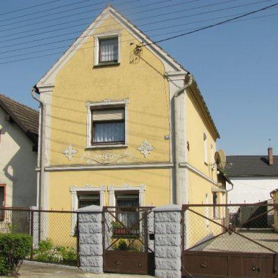 Ten sam dom, co na zdjęciu po lewej stronie - rozbudowany o jedno piętro.