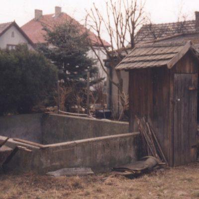 Drewniany hajziel zmurowanym gnojownikiem, fotografia z 1996 r. (Archiwum naukowe MWO, fot. E. Wijas-Grocholska)