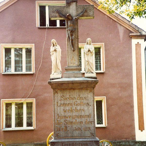 Zdjęcie krzyża sprzed 2001 r. [Zbiory prywatne: rodzina Kudla, Serwitut]