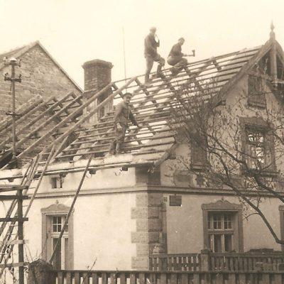 Prace rozbiórkowe związane z rozbudową domu w Serwitucie (lata 1969-1970) [Zbiory prywatne: rodzina Cziomer/Kudla, Serwitut]
