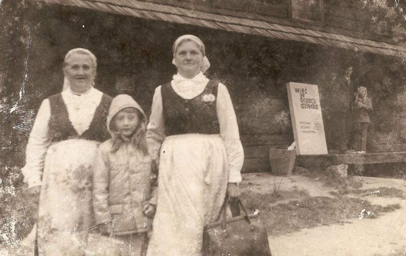 Pamiątkowe zdjęcie po występie w Bierkowicach [Zbiory prywatne: rodzina Daniel, Smolarnia]