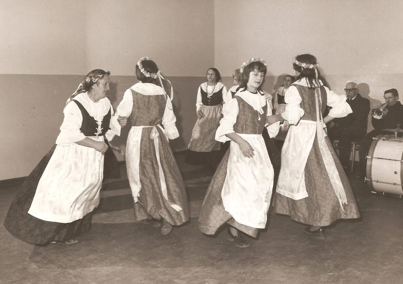Próba zespołu, taniec kiermaszowy (1976 r.) [Zbiory prywatne autora strony]