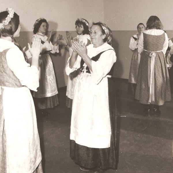 Próba zespołu, taniec klaskany (1976 r.) [Zbiory prywatne autora strony]
