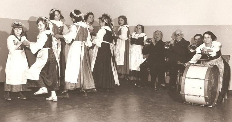 Próba zespołu w 1976 r. Osoby grające na instrumentach od lewej strony: Franciszek Uliczka, Józef Janik, Teodor Józef i Anna Uliczka