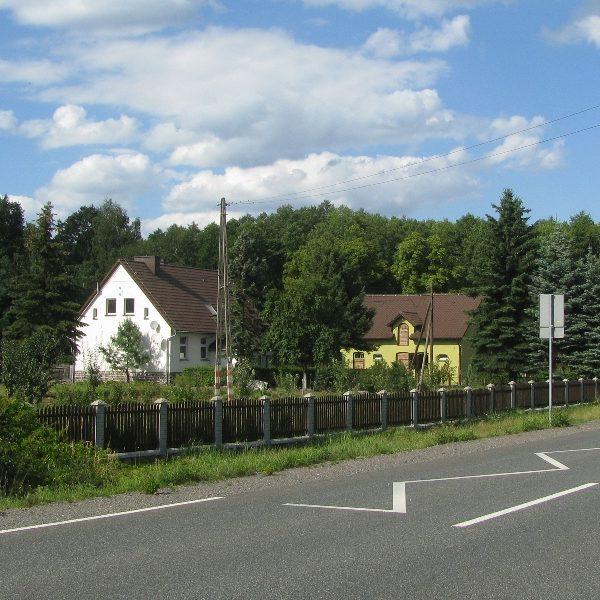 Widoczne w oddali zabudowania leśniczówki w Chrzelicach (sierpień 2013 r.)