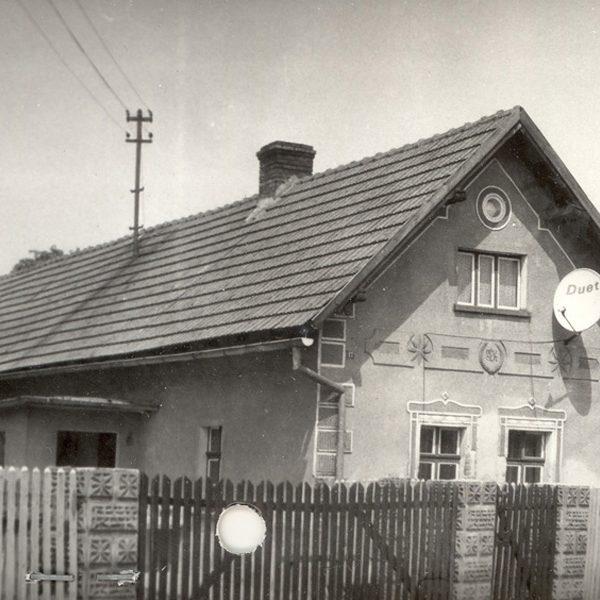 Fotografia domu z 1992 r., w którym mieszkał kiedyś August Kasperek [Archiwum WUOZ w Opolu, fot. Maria Bitka]