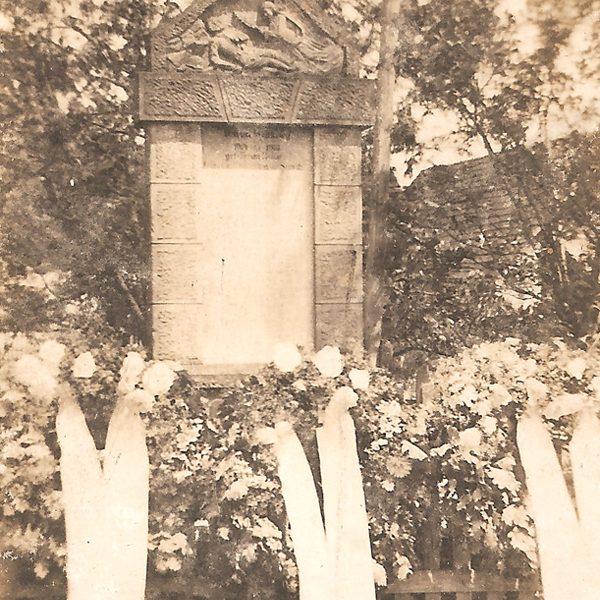 Pomnik w latach 20. XX w. [Zbiory prywatne autora strony]
