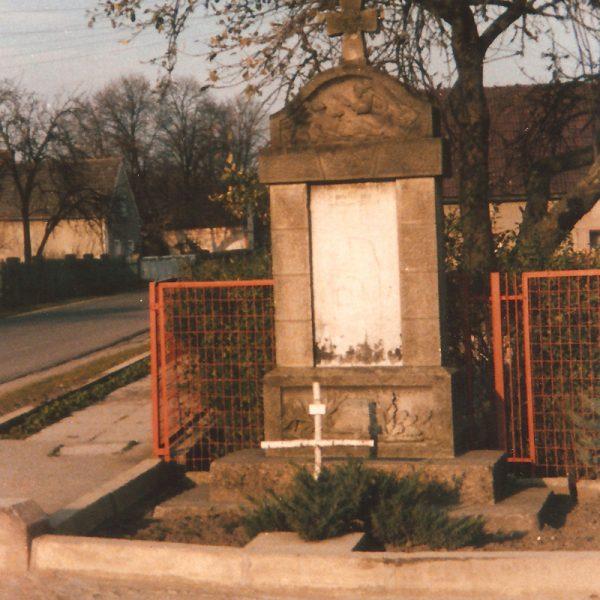 Pomnik w połowie lat 80. z widocznym z przodu krzyżem jednej ze stacji drogi krzyżowej, jaka miała ówcześnie miejsce w Smolarni [Zbiory prywatne: rodzina Pietruszka, Smolarnia]