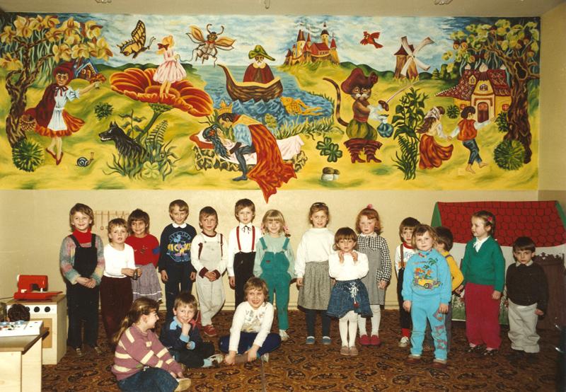 Dzieci na tle malowidła (1991 r.) [Zbiory prywatne: rodzina Dzieża, Strzeleczki]