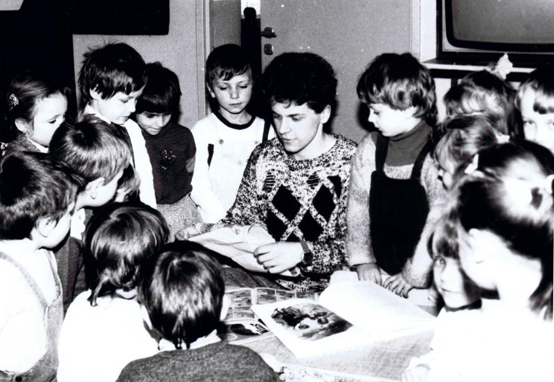 Praca Artura Klosego i dzieci nad malowidłem (1991 r.) [Zbiory prywatne: Artur Klose, Niemcy]