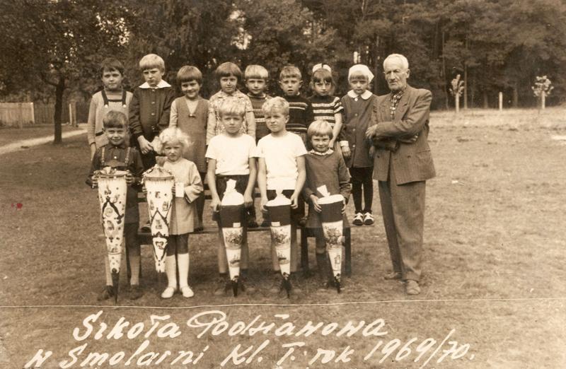 Uczniowie klasy I w roku szkolnym 1969/70 z nauczycielem Piechą [Zbiory prywatne: rodzina Cziomer/Kudla, Serwitut]