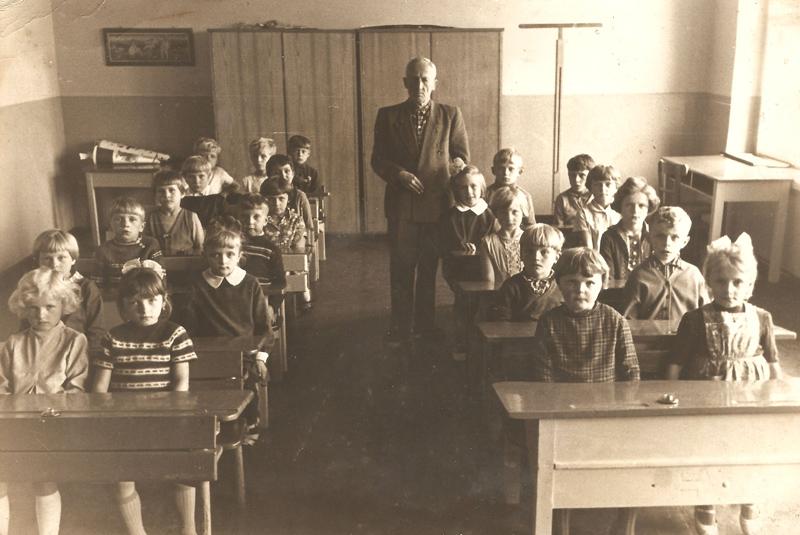 Uczniowie dwóch klas na sali lekcyjnej z nauczycielem Piechą (lata 60.) [Zbiory prywatne: rodzina Lisoń, Smolarnia]