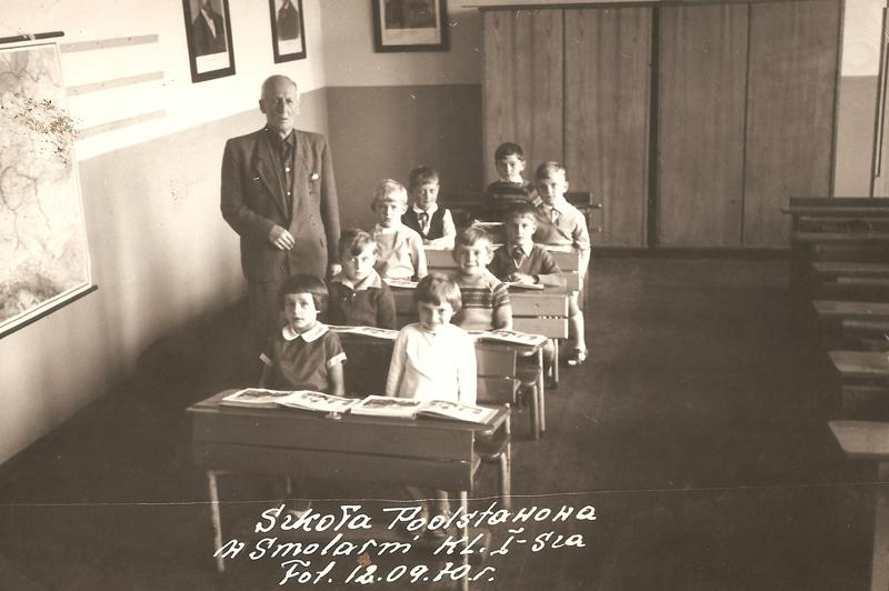 Uczniowie klasy I w roku szkolnym 1970/71 z nauczycielem Piechą [Zbiory prywatne: rodzina Brodkorb, Smolarnia]