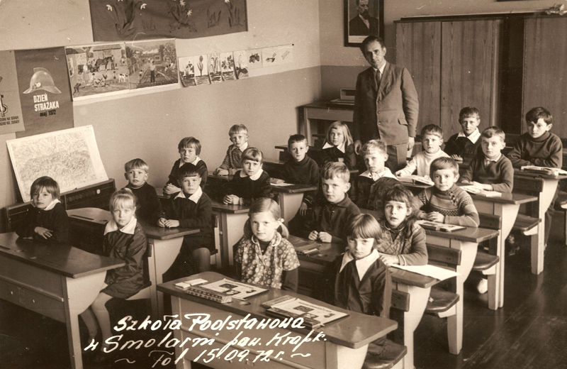 Uczniowie na sali lekcyjnej z nauczycielem Skrzypeckim [Zbiory prywatne: rodzina Kolodziej, Niemcy]