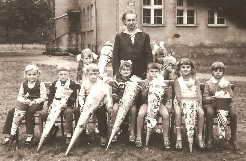 Uczniowie I klasy z nauczycielem Skrzypeckim (1973 r.) [Zbiory prywatne: rodzina Skrzypecki, Dziedzice]