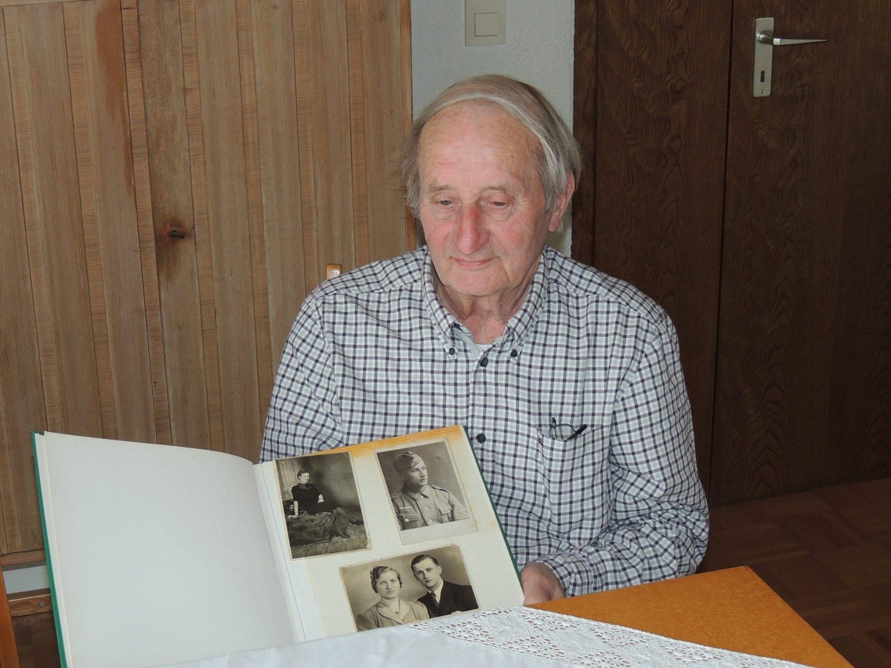 Edgar Klein pokazuje album ze zdjęciami swoich rodziców