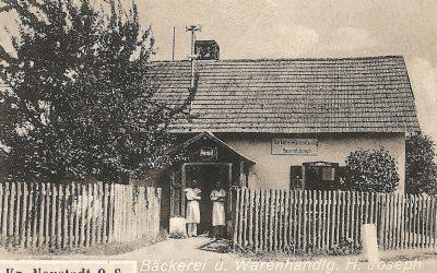 Wejście do sklepu na fragmencie widokówki Smolarni z lat 30. XX wieku