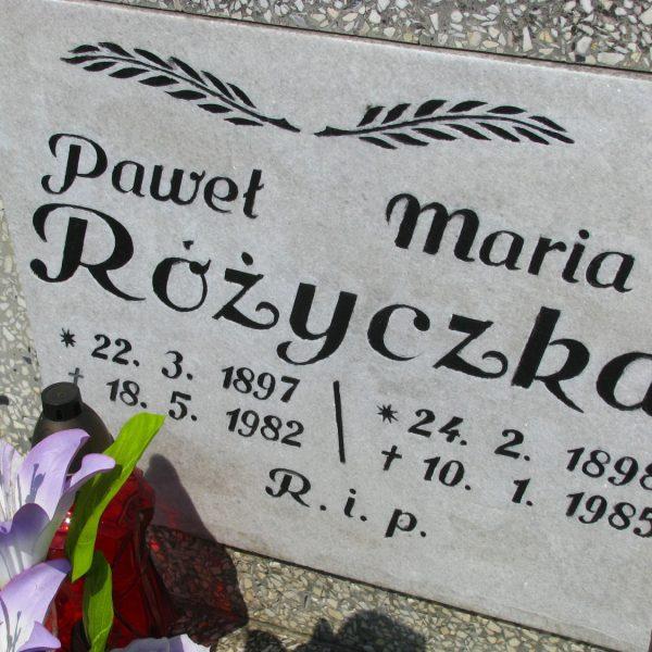Przednia strona tablicy z informacjami o pochowanych tu Pawle i Marii Różyczka