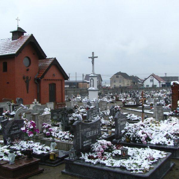 Kaplica cmentarna i murowany krzyż, grudzień 2019