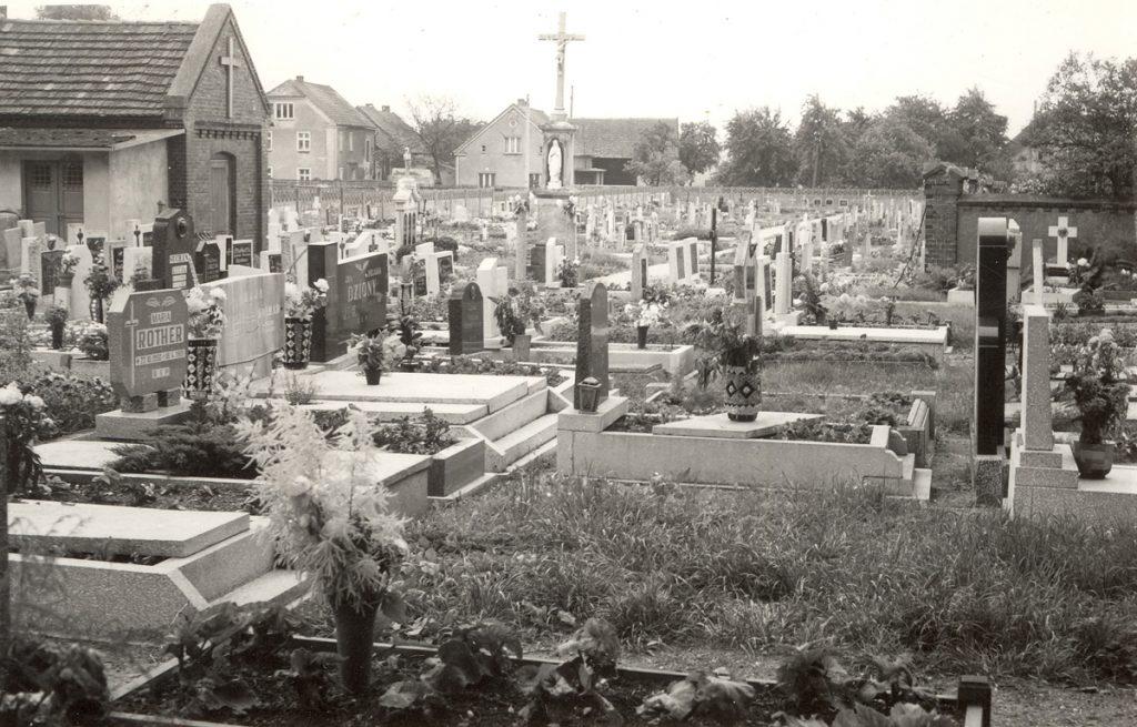 Cmentarz z widoczną po lewej stronie kaplicą cmentarną [Źródło: WUOZ Opole]